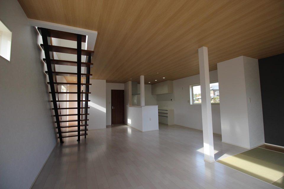 ローコスト住宅山口防府のリビングのデザイン階段