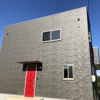 ローコスト住宅山口宇部の外観、キューブ型の家の赤い玄関